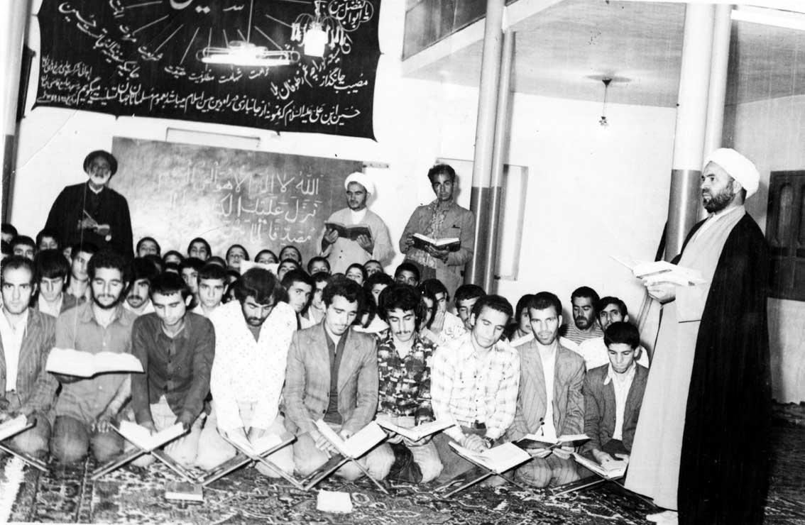 کلاس درس قرآن حجت ال محمودی در مسجد جامع قاضی جهان به سال 1356