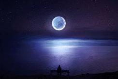 عکس تنها در برابر ماه
