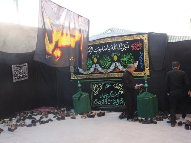 جانباز  محله صادقیون رفسنجان برای خشنودی دل حضرت زهرا (س)منزلش را موکب زیارت عاشورا قرار داده است.