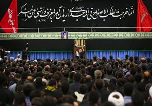 دانلود مداحی منصور ارضی در شب هفتم محرم 95 در حسینیهی امام خمینی با حضور رهبر