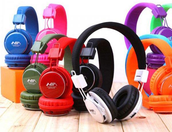 http://s9.picofile.com/file/8272935476/headset_nia_03.jpg