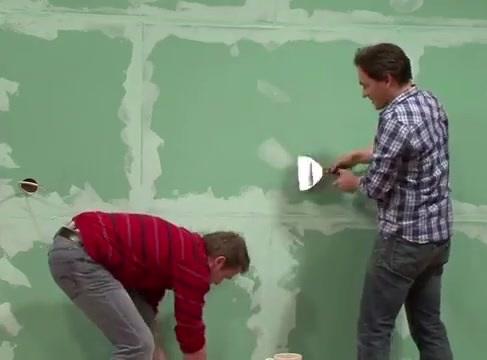 بتونه کاری دیوار برای زیرسازی قبل از نصب کاغذ دیواری