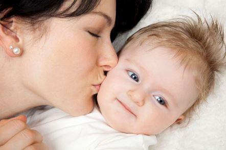 بوسیدن کودک