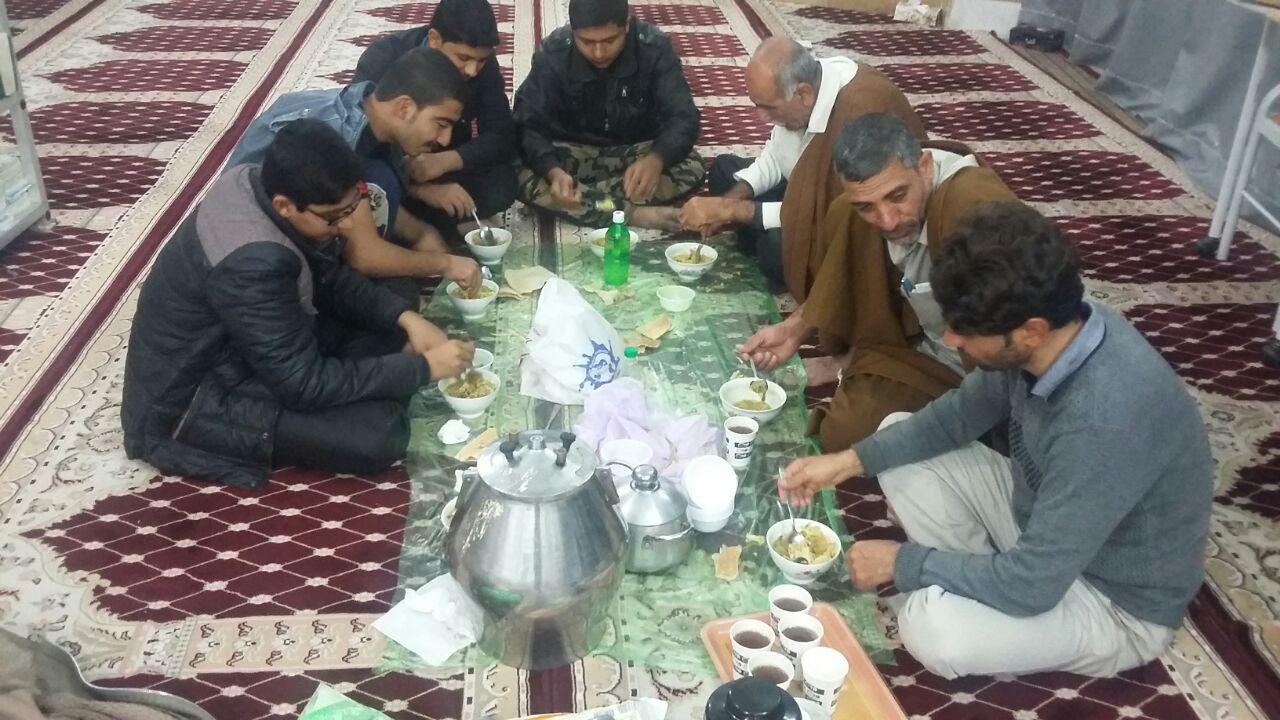 یک عکس یک خبر/ صبحانه بعد از نماز صبح در مسجد