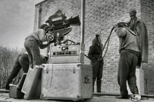 فروغ فرخزاد در حال فیلمسازی با تجهیزات فیلمسازی ابراهیم گلستان