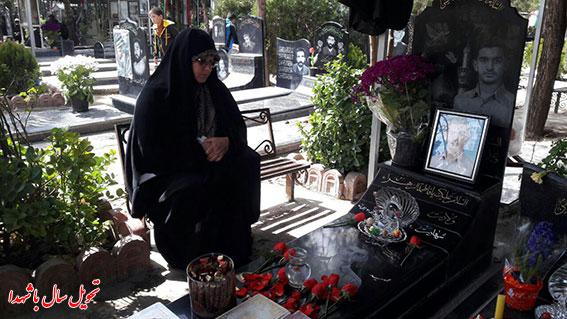 تحویل سال با شهدا-خانواده شهید دولت آبادی هنگام تحویل سال کنار مزارشهیددولت آبادی بهشت زهرا