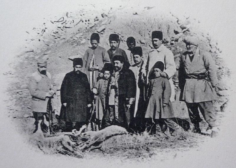 مظفرالدینشاه قاجار به همراه محمدعلی میرزا (محمدعلی شاه) در هنگام شکار