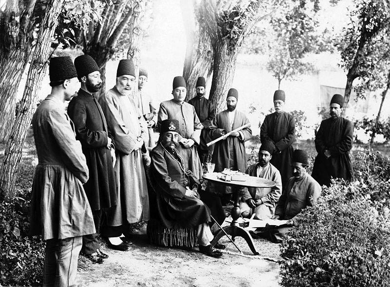 مظفرالدین شاه قاجار همراه ملازمان.jpg