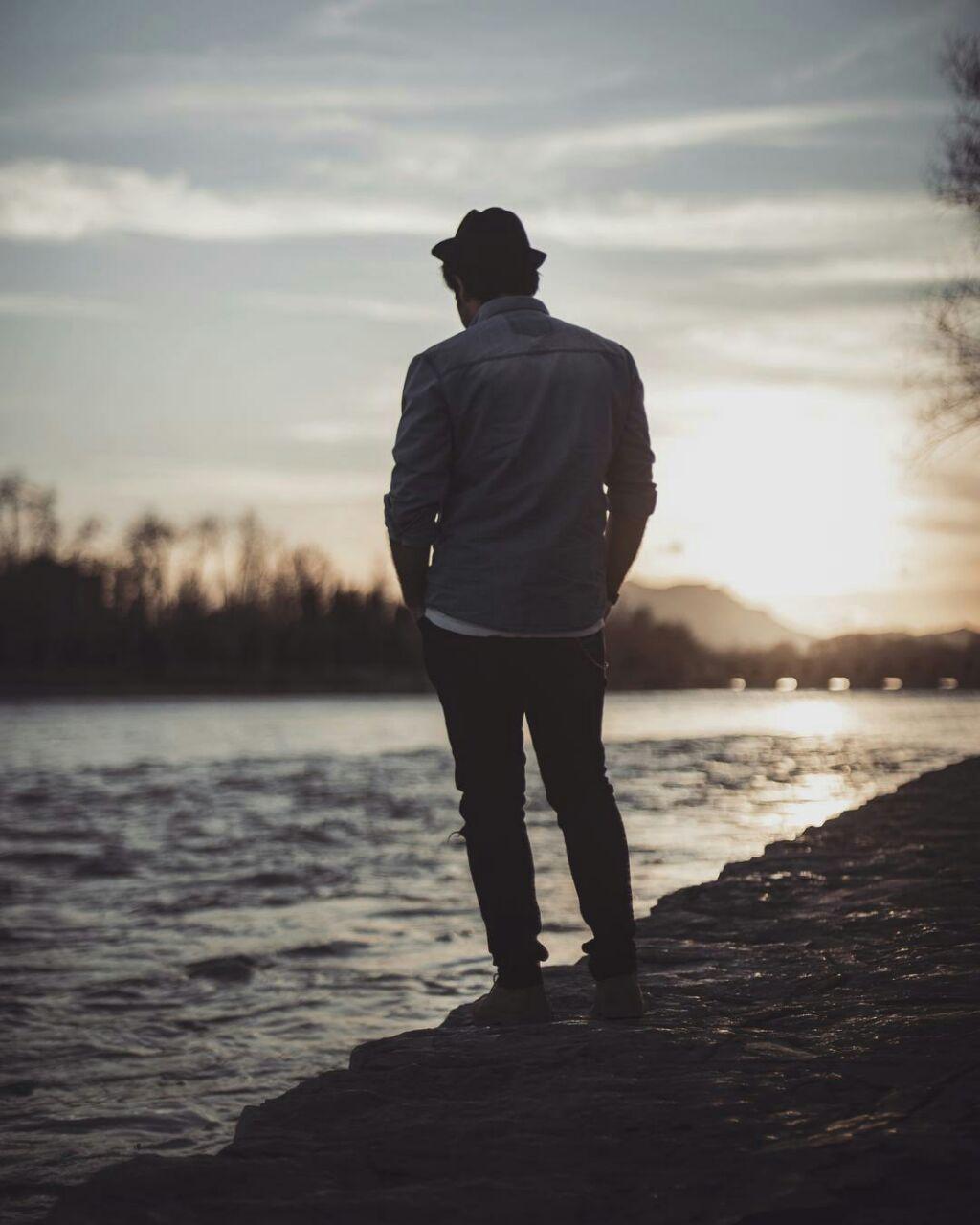 پسر تنها لب دریا