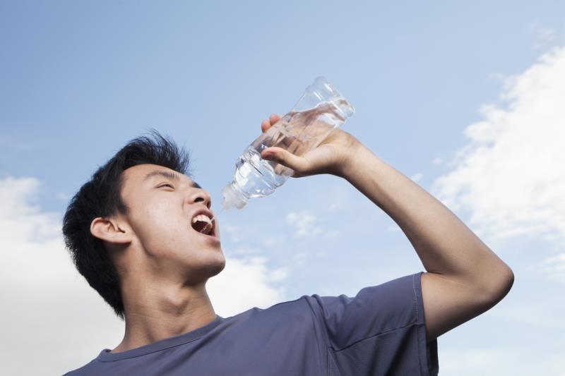 ۷ فایده نوشیدن آب در صبح ناشتا را بدانید