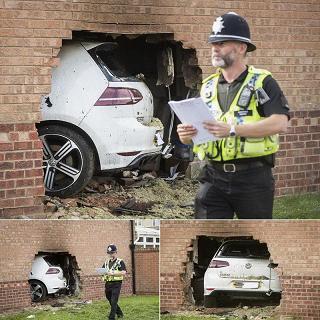 ورود يک ماشين با سرعت به داخل خانه در انگليس