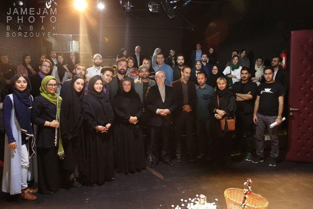 تصاویر سیامک عباسی در پشت صحنه تئاتر خورشیدهای همیشه