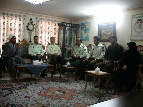 دیدار پرسنل نیروی انتظامی با خانواده شهید دولت آبادی به مناسبت نیروی انتظامی