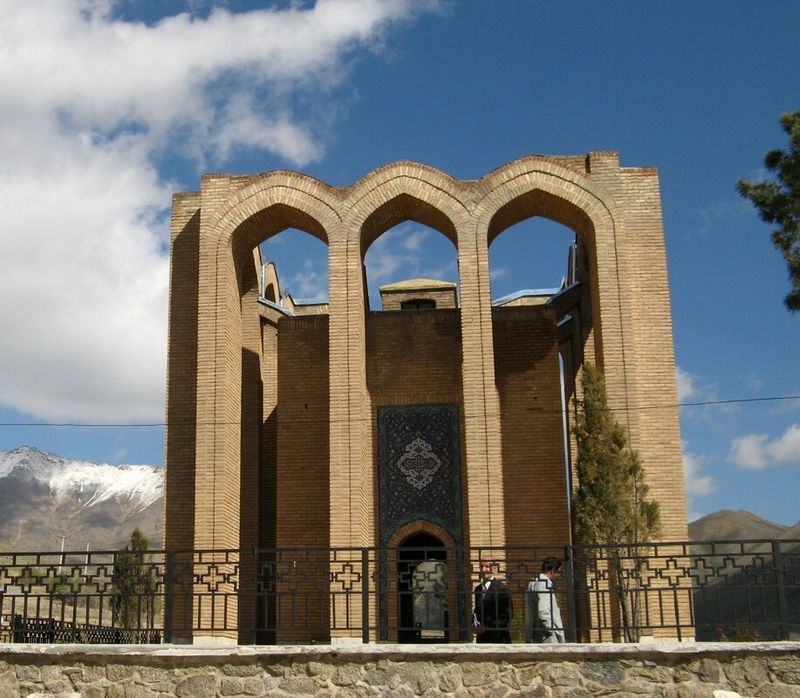 800px_Mir_Razi_mausoleum_Tuysercan_Iran.