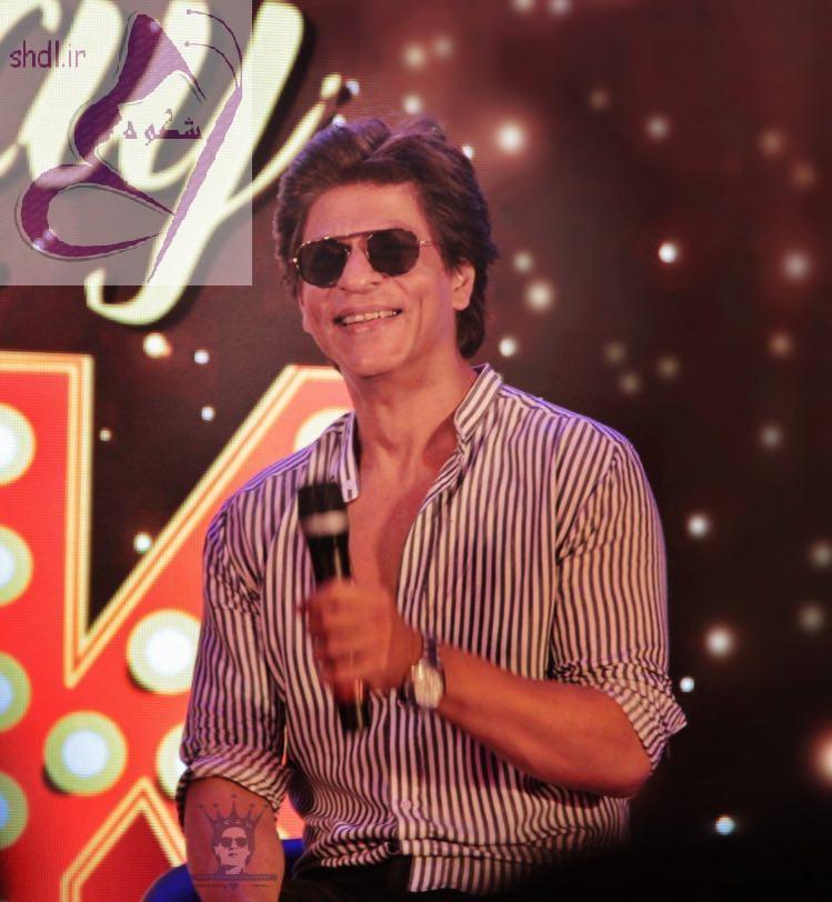 عکس لبخند شاهرخ خان در اجرای برنامه زنده