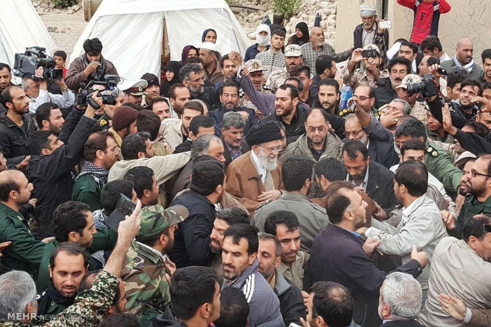 رهبر انقلاب در روستای زلزله زده ی کوئیک