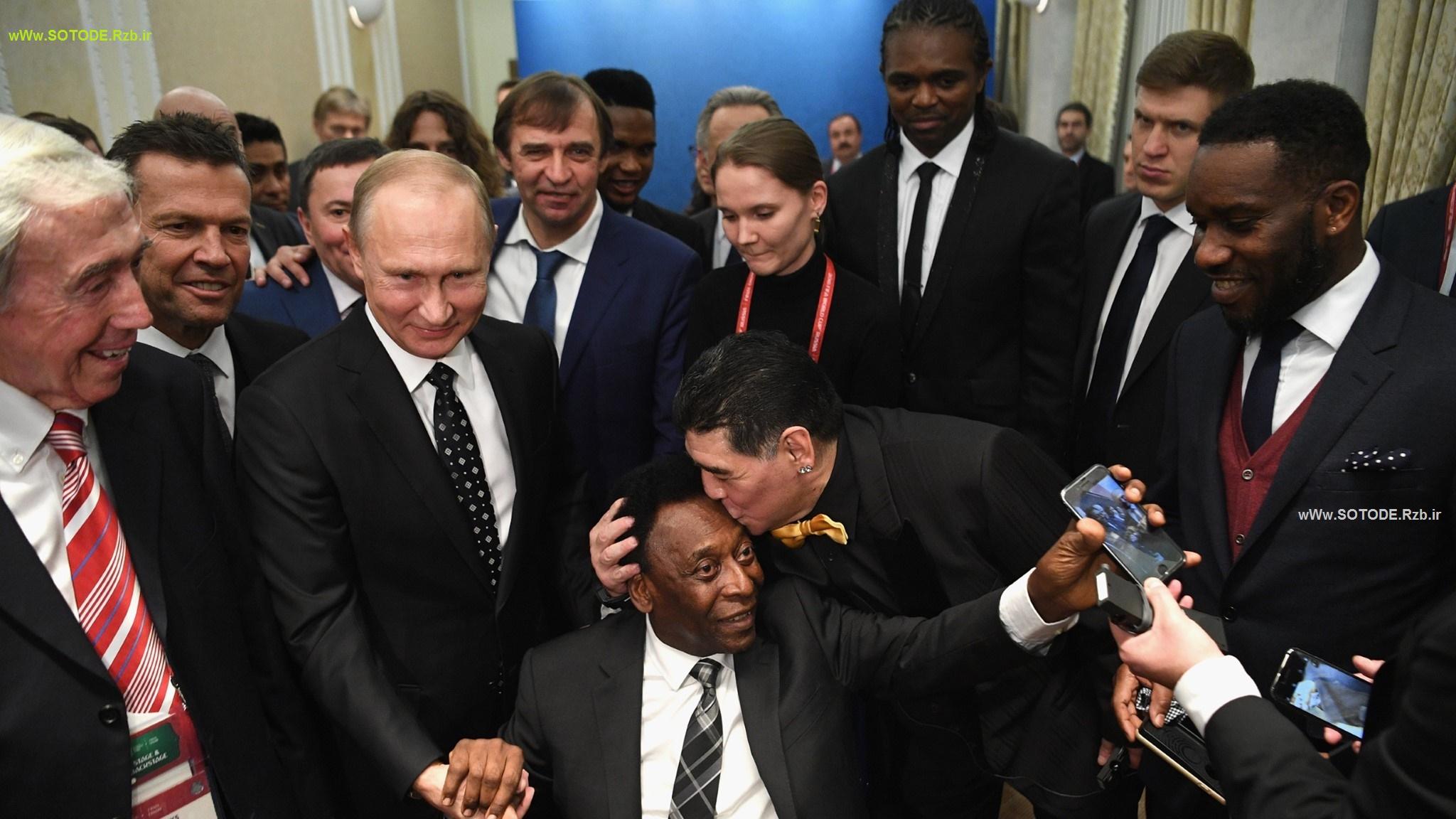 بوسیدن و احترام به پله در مراسم قرعه کشی جام جهانی 2018 روسیه