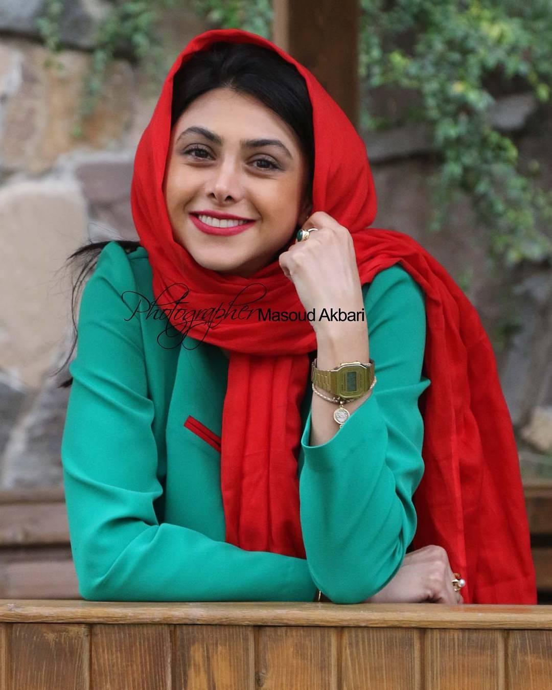 http://s9.picofile.com/file/8314321518/www_bartarpix_ir_azadeh_samadi_day96_3_.jpg
