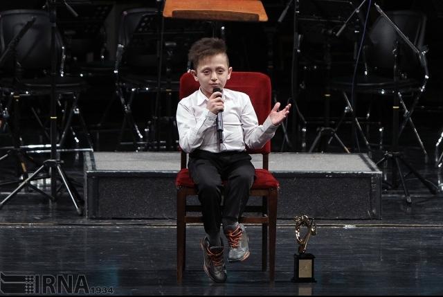 آوازخوانی نوجوان معلول آستارایی در جشنواره موسیقی بسطامی