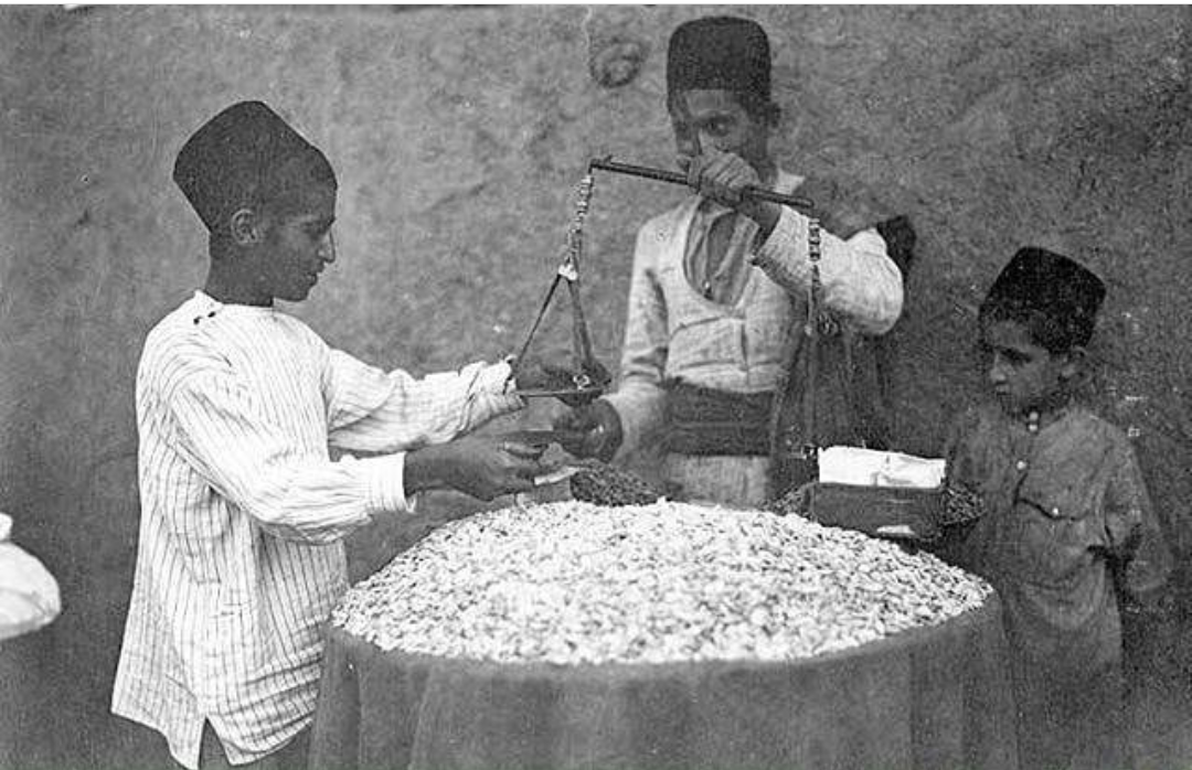 ایران دوره قاجار _ خشکبارفروشی عکس