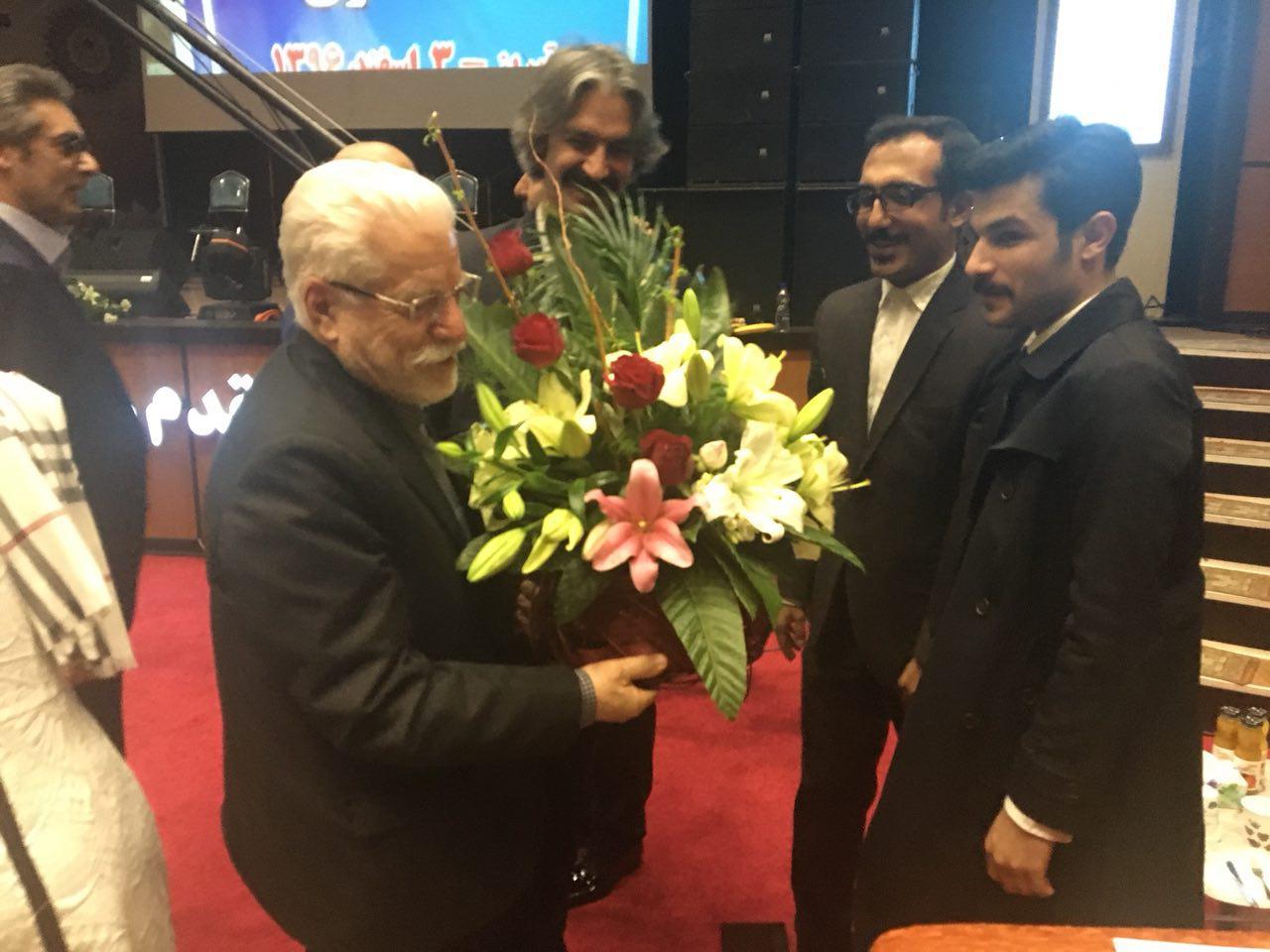 اعطای نشانی عالی خدمت به حسین محمدزاده صدیق