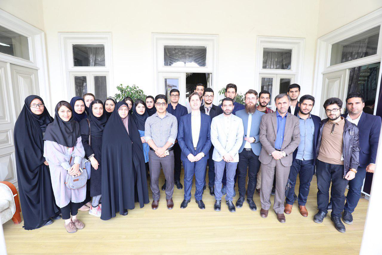 رئیس شورای اسلامی شهر رشت در دیدار با دانشجویان دانشگاه گیلان تاکید کرد: شورای شهر حامی ایده های خلاقانه در اداره شهر است