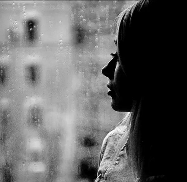 شبیهِ پنجره های نشسته در باران   غمِ تو دارم و از بغض و گریه سرشارم