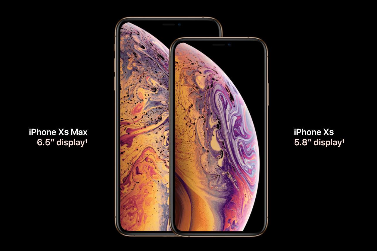 آیفون ایکس اس(iPhone XS) در کنار آیفون ایکس اس مکس (iPhone XS Max) و آیفون ایکس آر (iPhone XR)