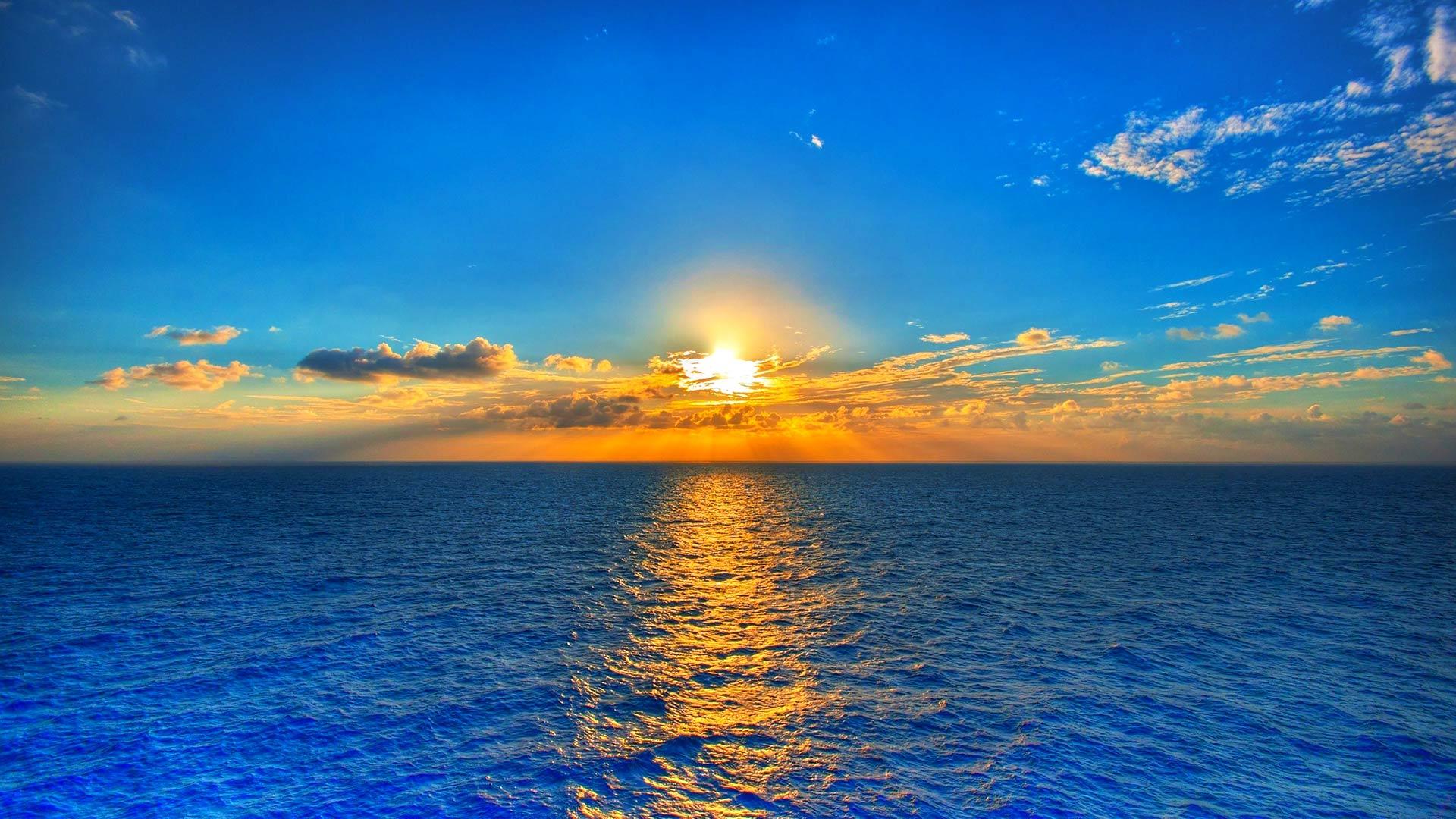 طلوع خورشید در دریا