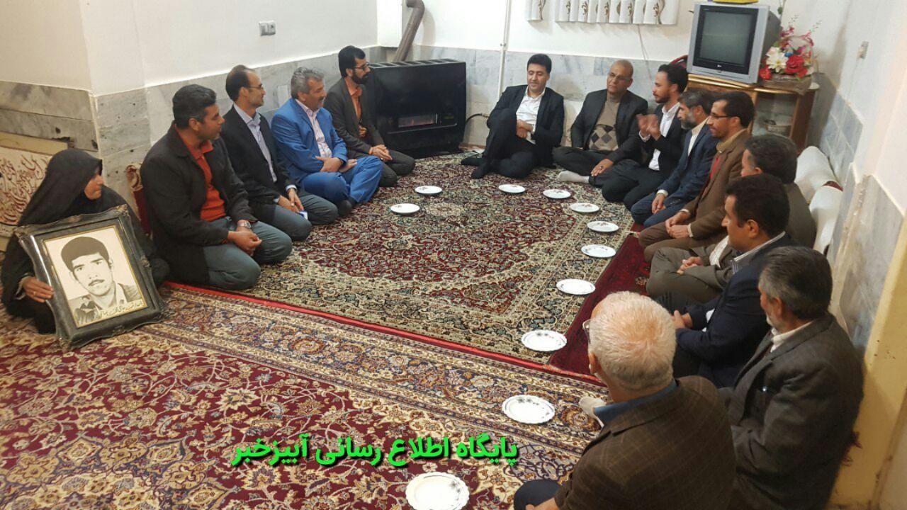 دیدار دکترسرپرست  رئیس سازمان ورزش جوانان استان با خانواده شهید صالحی