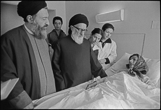 سید محمود طالقانی و سید محمد بهشتی در حال دیدار از یک مجروح در بیمارستان که در درگیری های سنندج زخمی شده است.