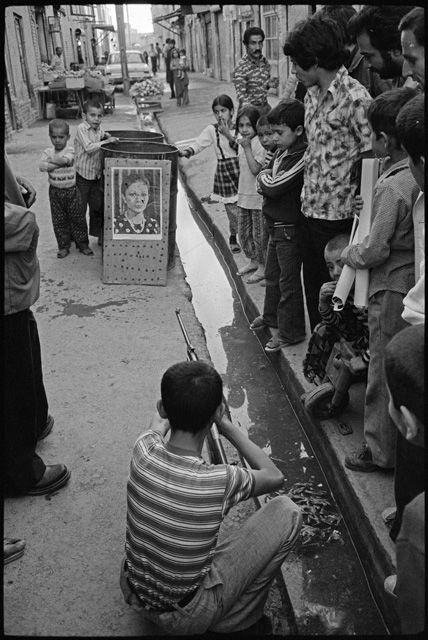 تصویری از تیراندازی به عکس فرح پهلوی