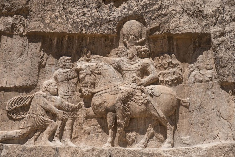 نقش رستم و پیروزی شاپور اول بر والریان رومی