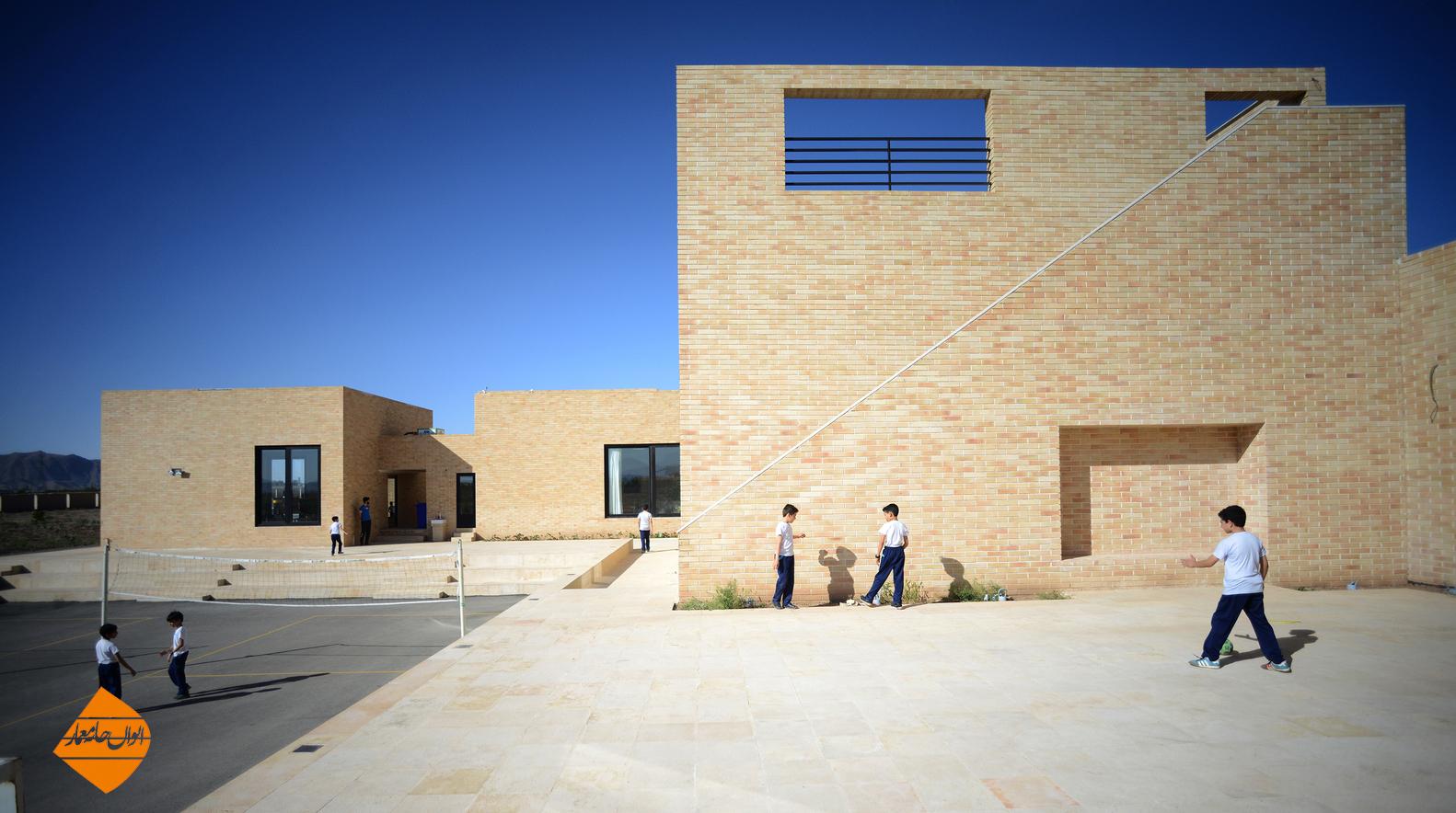 طراحی مدرسه ای با رویکرد معماری باز و به کارگیری حیاط مرکزی  و سنتی ایرانی در سمنان