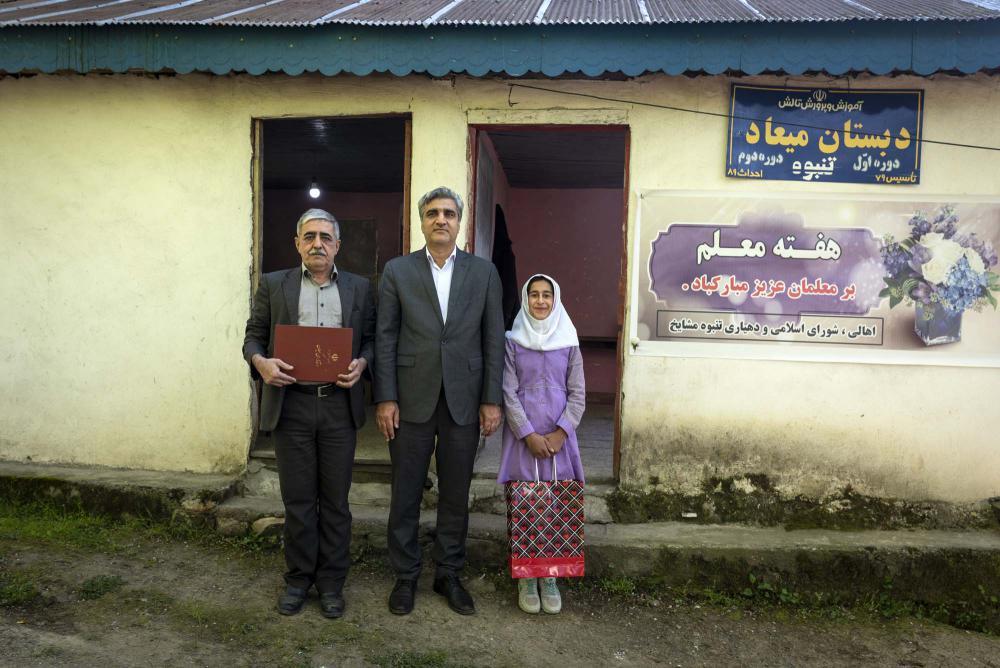تقدیر دکتر مصطفی سالاری از معلم کوچکترین مدرسه جهان