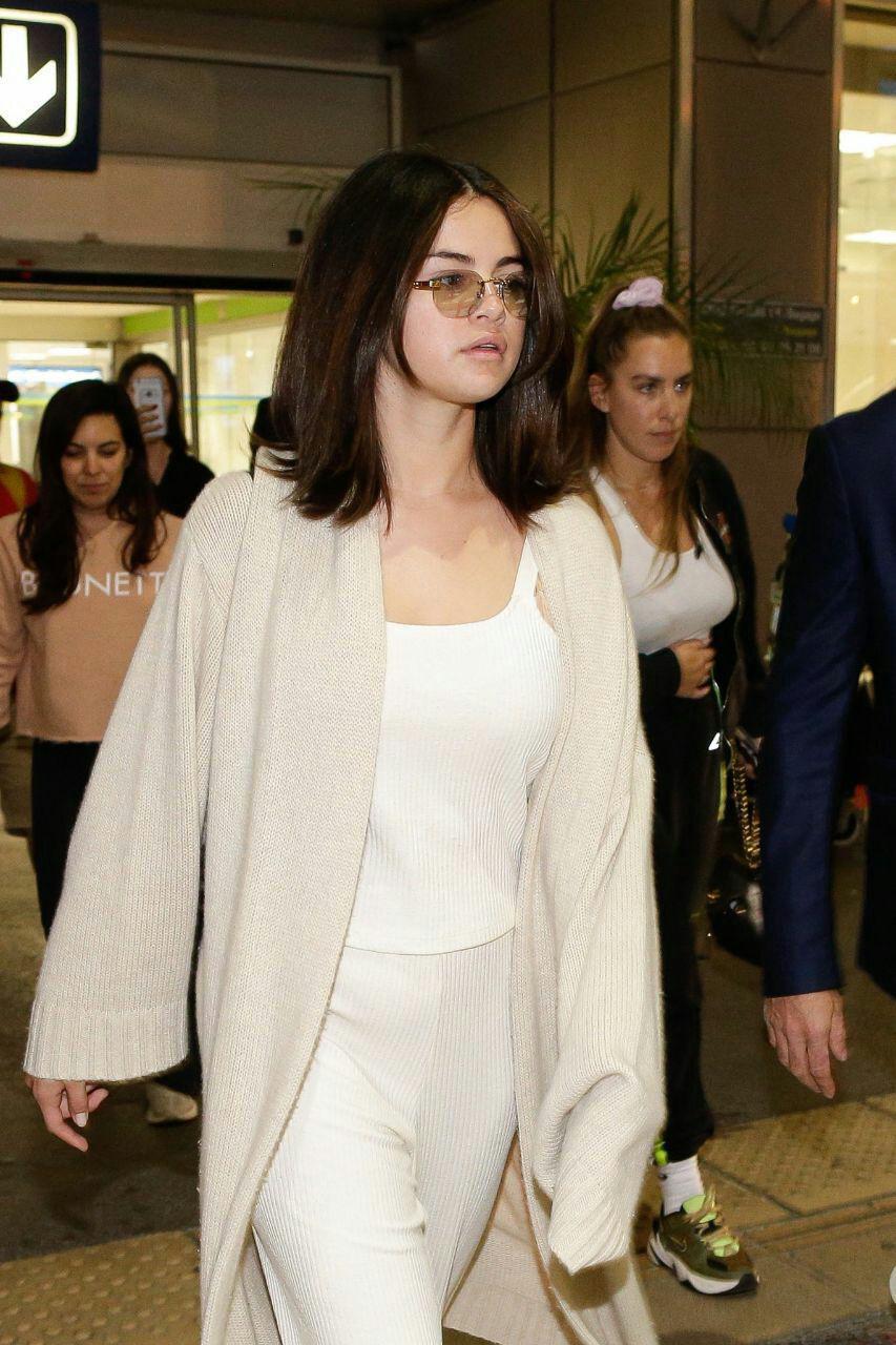 سلنا در فرودگاه برای رفتن به مراسم فیلم کَن + ویدئو