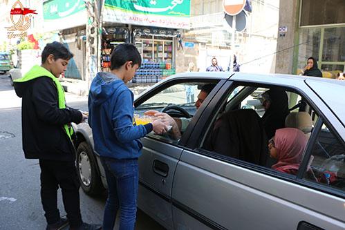 پذیرایی از مردم در ایستگاه صلواتی شهید محمدعلی دولت آبادی جشن نیمه شعبان 98