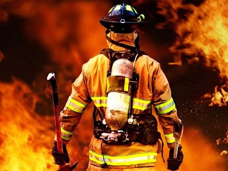 آتش سوزی ساختمان دو طبقه در آستارا مهار شد
