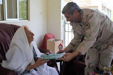 فرمانده مرزبانی گیلان از خانواده شهید ضاربیان دیدار کرد