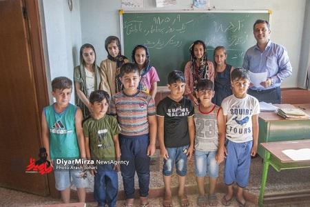 گزارش تصویری توزیع لوازم التحریر در روستاهای محروم آستارا